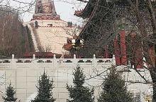 敦化六鼎山金鼎大佛的山下是正觉寺,据说正觉寺是东北地区最大的居士聚集地,寺庙附近有几排禅房供他们居住