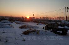 冬天的夕阳 美丽的让人心醉 路边一排排杨树,地里一堆堆白雪