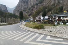 雁荡山的旅游文化一条街,其实除了是一个店铺之外,旁边还有一条步行街的,这条步行街就是从小岭头这边一直