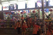 清迈街头店家为了迎合中国农历新年的揽客方式好特别,引来不少人观看。
