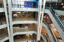 云顶第一城是马来西亚云顶高原上一座规模超大的现代化的购物城。整座购物城上下分为9层之多,每一层都有来
