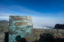 桌山是开普敦一座最为著名的山脉,它其实是有许多的山组成的,由于临近开普敦海边的山峰,山顶10分的平整