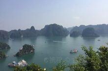 下龙湾位于越南海防市吉婆岛以东,鸿基市以南,是典型的海上喀斯特地貌,海面上层峦迭嶂、绵延不绝散布着大