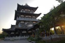 大千园就在四川省内江市沱江边的一座小山上,为纪念张大千这位世界艺术大师,大千园里有张大千故居,张大千