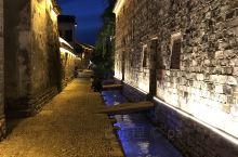 江南古镇之一的前童,夜景也很美,在朦胧的静谧中,慢慢散步在古镇,偶遇一只狗狗、或者奔跑跳跃的孩童、悠