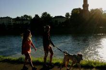 萨尔斯堡两岸河边步道上,溜狗,慢跑,骑车,日光浴等晨运人们,充分享受清晨阳光带来了欢乐。