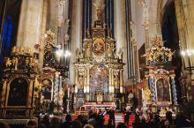 在布拉格广场的提恩教堂听一场小型音乐会,满眼的金闪闪银闪闪,无扩音全靠教堂本身的音场,十把提琴,悠扬