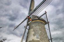小孩堤防(Kinderdijk)是荷兰西部南荷兰省的一个村庄,坐落在莱克河(Lek)与诺德河(Noo