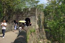 临海长城是由明代抗倭将领戚继光率众人修建的,历史悠久,虽然没有万里长城那么雄伟壮观,但是也有着别样的