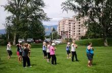 在加拿大的一个小城市的公园里,一个洋人正在教一群洋大妈打太极拳。据说是杨氏四十式太极拳有模有样,但收