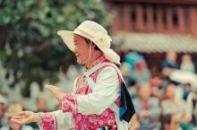 白天可以去四方街 走走,那里是纳西族和游客最热闹的地方,你可以跟着他们一起跳舞,手舞足蹈。