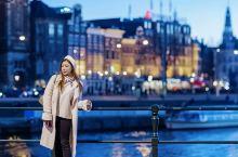 荷兰·阿姆斯特丹  阿姆斯特丹的夜晚,运河沿岸及桥上都会点亮灯光,有水的城市总是多一些温婉多情,充满
