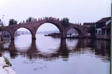 朱家角更具古镇特色的人文景观,吸引海内外游客的却是:一桥、一街、一寺、一庙、一厅、一馆、二园、三湾和