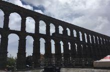 古罗马水道桥很壮观,用石头堆砌,天好的时候拍出影子更美。
