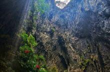 英西峰林是一条类似漓江十里画廊的风光带,两边是连绵青山,其核心景点是洞天仙境,被誉为华南第一天坑
