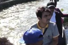 尼泊尔~奇特旺  坐着独木船  看~ 鳄鱼在动了 嘘~