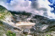 爱发脾气的火山——印尼万隆覆舟火山 覆舟火山是一座活火山,在印尼非常有名。覆舟是苏丹语,意思是倾覆的