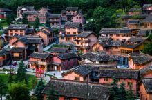 """除了千户苗寨,贵州还有一个千古彝寨 来到海坪彝族风情小镇,千户彝寨修建于此。被称为""""全球彝族朝圣地"""""""