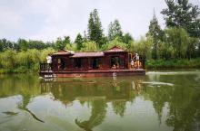 走进水乡,一望无边的丛林花海,纵横交错的河道湖泊,岛屿、村落、水林、花海…沿途美景尽收眼底,此时的你