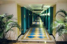 三亚湾凯瑞莱酒店#虽然是旅行团安排的酒店,但是还不错,房间分为客厅,卫生间,卧室三部分,卧室有一个榻