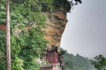 武当山是著名的道教名山,著名的景点包括金殿、紫霄殿、南岩宫等等。山形险峻、地势复杂,常人进得山来便不