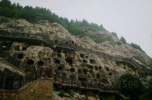 用时间找寻逝去的模样 崖壁上凿凿印迹 人类文明的艺术瑰宝 流淌在伊河之上  