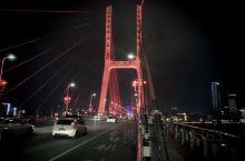 南昌八一大桥,夜晚漫步,远眺灯光绚烂的滕王阁和摩天轮。