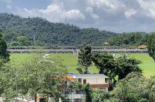 天湖风景区位于广州从化区温泉镇,在流溪河西岸,它以山林、湖水、瀑布而著称。天湖是一个人工湖,建于19