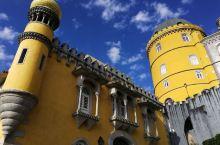 位于葡萄牙西南角的佩纳宫外墙靓丽,有好多黄的红的,像一个童话城堡,非常漂亮。托起雕刻繁复的整个窗框。