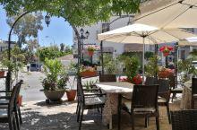西班牙米哈斯白色小镇La Fuente餐厅的美食,烤牛排、羊排都很软嫩,老先生很认真的烧烤每一道菜!
