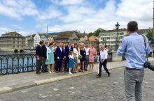 瑞士苏黎世街头偶遇新人结婚,去小教堂举行一个仪式,然后上街头和亲戚朋友一起拍个照就完成了,多么地简单