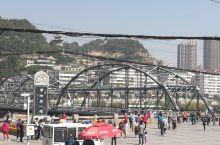 屹立在黄河上 已经有很多年头 建国前的桥梁 曾经有一个故事,就是城建方老外建国后还打电话需不需要检测
