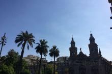 贝亚维斯塔是圣地亚哥的一个繁华的大区,这里有历史悠久的大教堂,有高雅豪华的歌剧院,还有繁华的商业街,