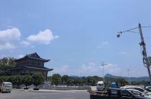 山清水秀,蓝天白云,绿色城市,高楼矗立!