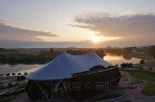 朝阳将酒店喷成金色,顺便也把这座城市叫醒。斯维斯洛奇河静静流过,附近的超市还没上班,毕竟这里的上午不