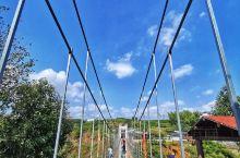 浙中大峡谷-舞龙峡,4A级景区,位于浙江省东阳市。 整个景区很大,入口即能看到玻璃吊桥、盘龙阶梯、财