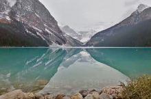 【露易丝湖.梦莲湖】 加拿大班芙国家公园内的露易丝湖和梦莲湖是其精华景点。 露易丝湖是块绿宝石绿宝石
