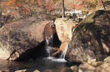 天华山风景名胜区位于辽宁省丹东市宽甸满族自治县灌水镇北部,长白山脉西南麓,海拔1100多米的高寒林带