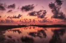 在涠洲岛小住几日,一定要挑个晴朗的早晨观赏一次海上日出,贝壳沙滩便是相当理想的观日出之地。