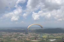 LUCA郊區滑翔傘🪂,這是第4次體驗,滑翔傘雖然不會像跳傘那麼刺激,但是還是值得體驗的,這邊可以在空