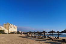 【崇武西沙湾】          秋高气爽的午后,踩在柔软的沙滩上,感受海风吹拂的轻柔和浪花拍打的阵