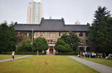 南京大学鼓楼校区坐落在南京市中心区域,位于鼓楼区,与南京市中心鼓楼广场相邻,汉口路将鼓楼校区划为南园