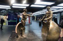 巴黎机场好复杂,ABCDEFG航站楼,每个航站楼还分1、2、3,各候机厅,有的坐shuttle,有的