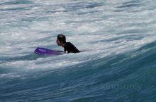 坐在威基沙滩上,看看冲浪的人们,也是一种享受。