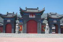 望海寺院,坐落于海滨浴场西侧的三道沟坡上。据有关史料记载,该寺院始建于明末清初年间,于一九三八年日本