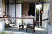 亚龙湾金茂希尔顿酒店是花园式酒店,看海踏浪一步之遥,泳泳池水干净卫生。