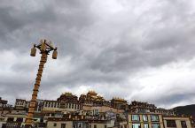 松赞林寺的拉姆央措湖最近缺点水,寺院倒影没有了