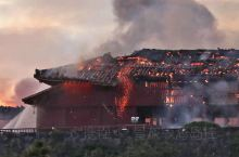 """31日凌晨,日本冲绳观光名所首里城突发大火,正殿、北殿和南殿被全部烧毁。当地民众大呼""""痛心""""!媒体消"""