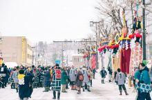 秋田县内各地都举办梵天祭,其中以秋田市的象征太平山上的三吉神社举办的最为热闹。 梵天幡杆被认为是象征