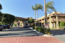 美国行脚之一:入境美国 这是入境美国之后住的第一间酒店。十月的洛杉矶夜晚寒气袭人,时近9点,酒店周遭